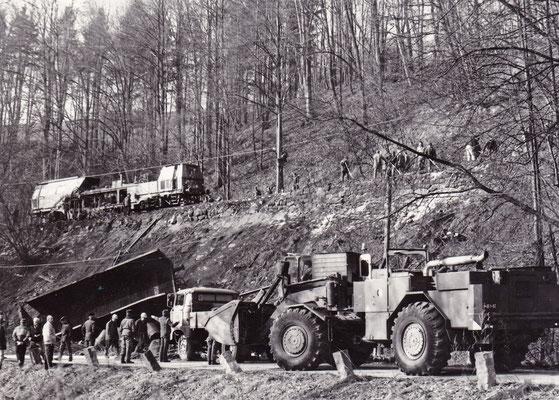 Schweres Räumgerät rückt an, oben auf dem Gleis zu erkennen: Ein Gleisbautrupp zur schnellen Wiederherstellung der Schadstelle. Foto: Archiv Sven Kasperzek
