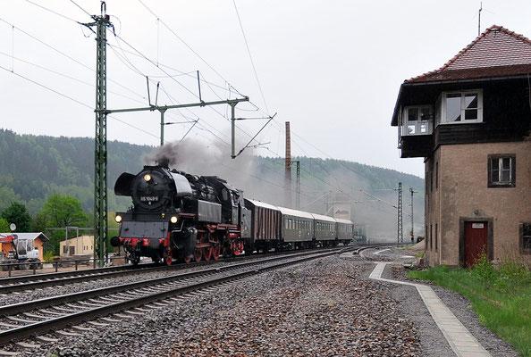 Mit 65 1049 zur Eröffnung der Dresdner Dampfschifffahrt. Leider nur bei Regenwetter rollte die Lok hier durch Königstein, 01.05.2010.