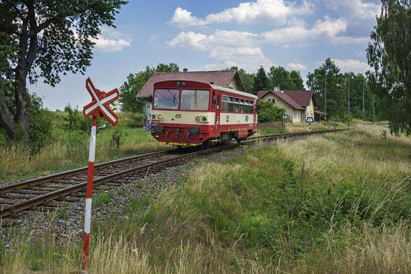 810 668-4 Rumburk - Mikulášovice verlässt die Bahnstation von Panský, 30.06.18