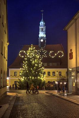 Blick auf den Neustädter Markt mit dem Weihnachtsbaum welcher in diesem Jahr auf dem Grundstück des Autohaus Rußig gefällt wurde, 01.12.18