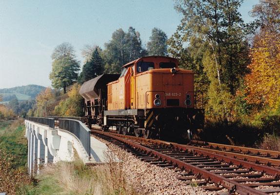 346 623-2 mit einer kleinen Güterzugleistung am Anschlußgleis ehem. Papierfabrik (Viadukt Amtshainersdorf). 10/94, Foto: Sven Kasperzek