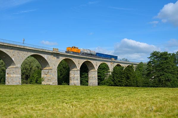 Gefolgt von der Übergabe mit Diesel und Kohle für die Zittauer Schmalspurbahnen. 105 015 der Ostsächsischen Eisenbahnfreunde übernahm diese Leistung. Putzkau, Juni 2015.