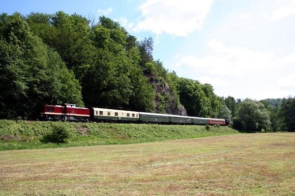Hier befindet sich der Zug unterhalb des Goßdorfer Raubschlosses bei Kohlmühle, es scheint fast ein altes vertrautes Bild zu sein, Jahrelang gab es solche Eisenbahnromantik mit den V100 im Sebnitztal, Mai 2008, Foto: Jörg Feudel