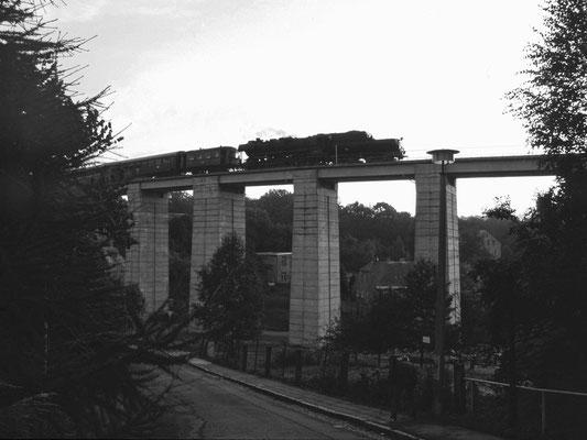 52 8141 der Ostsächsischen Eisenbahnfreunde auf dem Sebnitzer Stadtviadukt, 1996, Foto: Jürgen Vogel