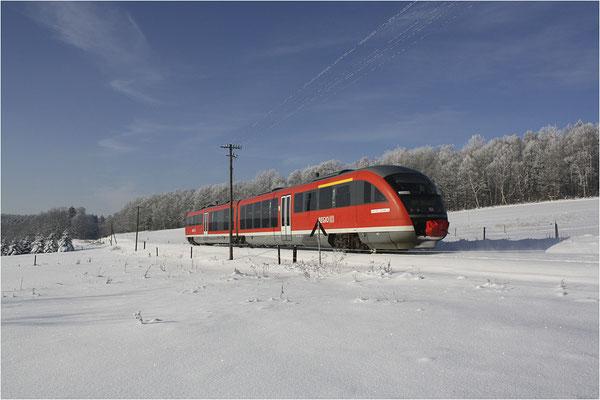 Regionalbahn bei Krumhermsdorf auf dem Weg nach Neustadt. Tief verschneit zeigte sich die Landschaft im Januar 2009. Fotograf: Jürgen Vogel