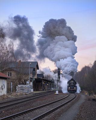 In der Dämmerung konnte noch diese Aufnahme der Ausfahrt aus dem Bahnhof Neukirch / Lausitz (West) in Richtung Bischofswerda gemacht werden. 03.12.16
