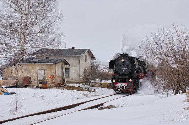 Hier befindet sich die 52 8080 kurz vor dem Haltepunkt Langenwolmsdorf Mitte in Richtung Pirna. 26.02.2006, Foto: Jan-Henrik Sellin