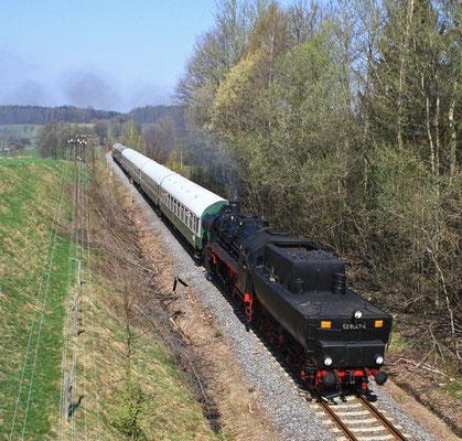 Nach dem Umsetzen in Neustadt ging es nun Tender vorran nach Bad Schandau, hier der Zug kurz vor dem HP Krumhermsdorf, 11.04.09, Foto: Jürgen Vogel