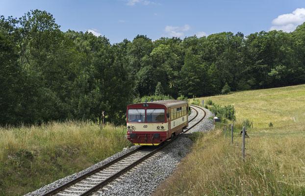810 668-4 Mikulášovice - Rumburk erreicht die Bahnstation von Brtníky, 01.07.18
