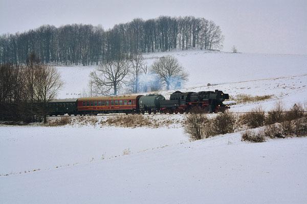 """Hier befindet sich der Zug zwischen Langenwolmsdorf und Neustadt am """" Karrenberg """". Hinten auf dem Feld beobachtet eine Gruppe Rehe die Fuhre. Foto: Jürgen Vogel, 28.11.10"""