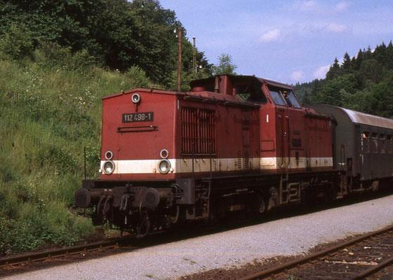 1991 noch Alltag auf ostdeutschen Schienen, ist die V100 heute nur noch als Museumslok oder bei Privatbahnen anzutreffen. 112 498 wurde im Februar 1998 ausgemustert und 1999 in Gröditz verschrottet. Danke für die wertvollen Aufnahmen an Andreas Matschke!
