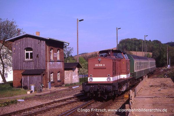 202 528 mit Regionalbahn Bautzen-Bad Schandau bei der Einfahrt in Neustadt / Sachsen. 05.05.1999 Foto: Ingo Fritzsch