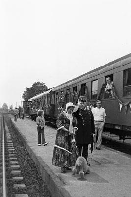 Szene an einem Sonderzug mit standesgemäß gekleideten Statisten in Dürrröhrsdorf.