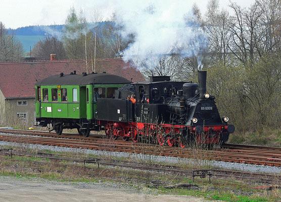 BR 89 6009 mit dem Windbergwagen, Einfahrt in Neustadt, 22.04.2006. Foto: Jürgen Vogel