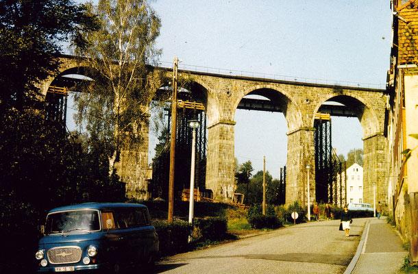 Ein letzter Blick auf das schöne Sebnitzer Stadtviadukt, sein letztes Stündlein hat nun bald geschlagen. Die Behelfsbrücke ist komplett montiert. 1984, Foto: Archiv Sven Kasperzek.
