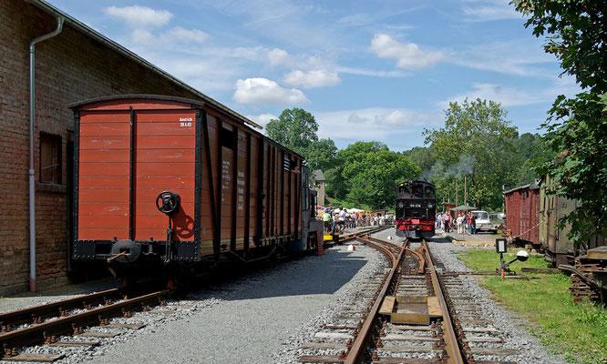 Blick vom derzeitigen Gleisende in den Bahnhof Lohsdorf, links der Güterschuppen und die Diesellok V10C mit einem Güterwagen, August 2008