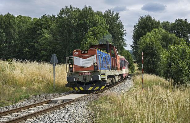 714 027-0 mit dem Ausflugszug von Decin nach Mikulášovice bei Brtníky, 30.06.18