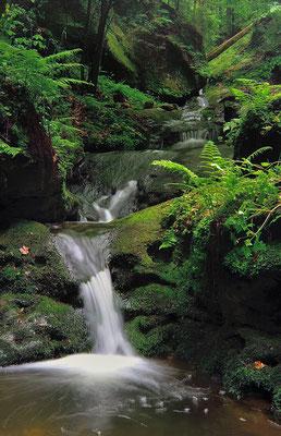 Kleine Wasserkaskaden im Schindergraben bei Hohnstein. ISO 100, 35mm, f/11.0, 2 Sek. (ND 8 Graufilter).