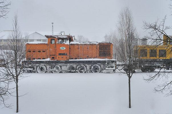 Die ITL im Dauereinsatz mit der Schneefräse. Starke Schneefälle in den letzten Tagen führten heute zur kompletten Sperrung nach Bad Schandau und Einschränkungen nach Pirna. 106 003 hier in Neustadt am 15.12.10