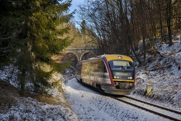 In Höhe der Hohnsteiner Straße ist ein Desiro der Städtebahn am 08.12.16 unterwegs nach Sebnitz.