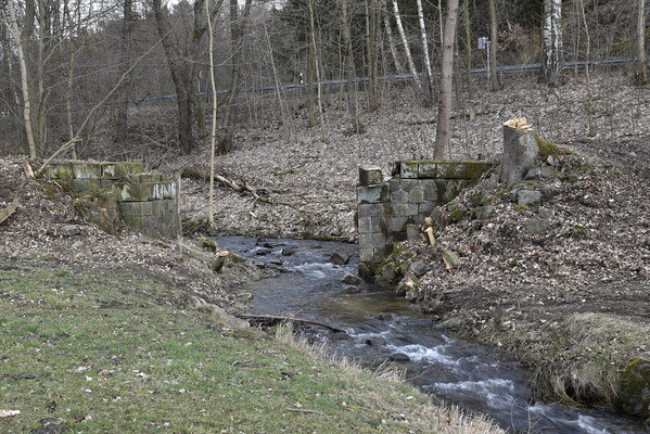 Im März 2019 mache ich eine Bahndammbegehung in Richtung Unterehrenberg. Hier die nächste Brückenbaustelle, der Brückenträger ist bereits im Besitz der Schwarzbachbahner. 04.03.19