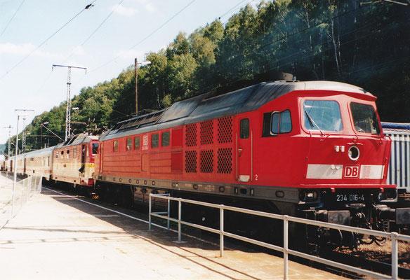 Nachfolgend ein paar interessante Sichtungen aus Bad Schandau: 234 016 als IC-Vorspann. Sommer 2004, Foto: Archiv Robert Schleusener