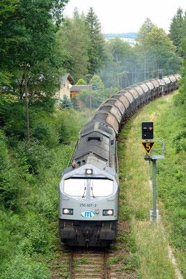 """""""Blue Tiger"""" 250 007-2 hat gerade den Bahnhof Neukirch (Lausitz) West verlassen. In wenigen Minuten wird der unendlich lange Zug das SchotterwerkOberottendorf erreichen.  Foto: Thomas Lange, 25. 6. 2007"""