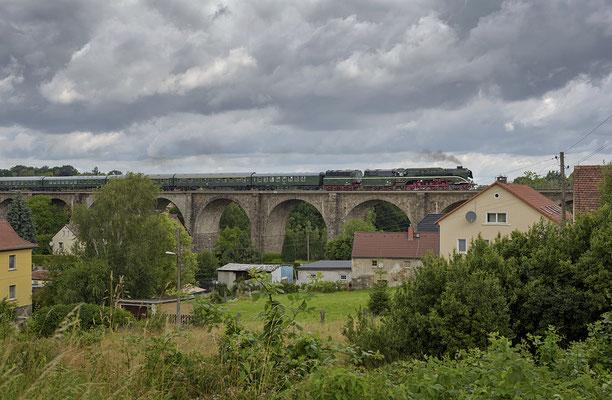 Sonderzug Leipzig-Breslau mit 18 201 (incl. Zusatztender) auf dem Viadukt in Demitz-Thumitz, 09.07.2016