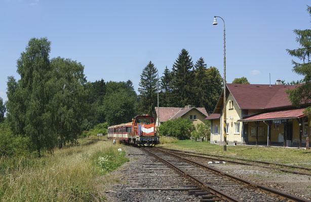 714 027-0 von Mikulášovice nach Rumburk erreicht die idyllisch gelegene Bahnstation von Panský, 30.06.18