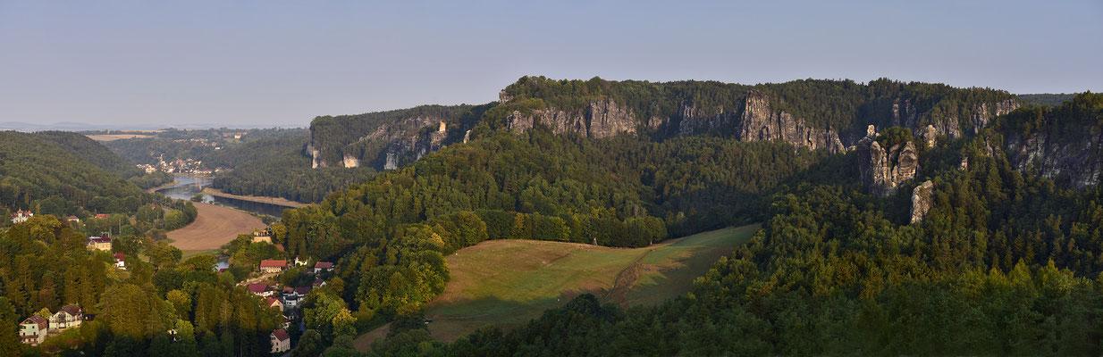 Panoramaaufnahme vom Gamrig. Der Blick geht hinüber ins Basteigebiet und Elbabwärts nach Wehlen. ISO 100, 5x80mm, f/7.1, 1/100sek.