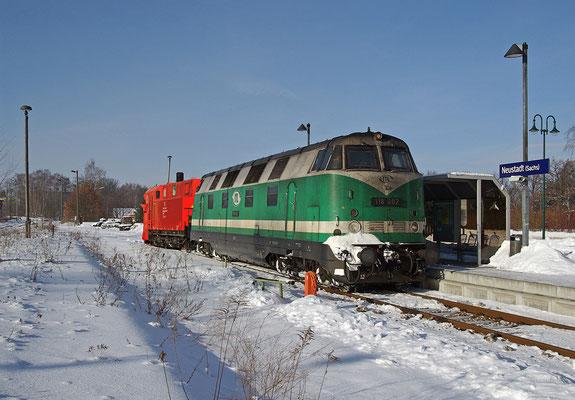 Am 20.12.2010 fuhr sich SBS 38971 in einer Schneewehe bei Langenwolmsdorf fest. Da die Neustädter Schneefräse im Raum Görlitz unterwegs war, musste die ITL 118 mit dem Schneepflug aushelfen - beide Räumfahrzeuge sind in den letzten Tagen im Dauereinsatz!