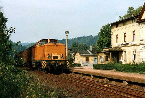 Nahgüterzug nach Bad Schandau Ost kurz vor der Abfahrt in Rathmannsdorf, 1992. Text & Foto: Archiv Axel Förster, digitale Aufbereitung: J. Vogel