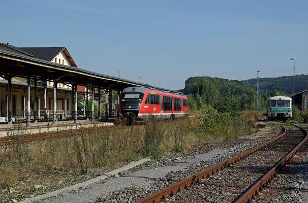 LVT Generationentreffen in Neustadt, während die Gäste der Sonderfahrt mit der Ferkeltaxe auf einer kurzen Stadtbesichtigung sind, scheint es so als könnte die eingefahrene Regionalbahn von Bad Schandau gleich weiterfahren nach Bautzen ... 18.09.2009