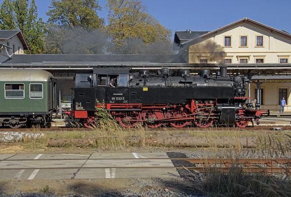 Für 86 1333 war in Neustadt leider schon Schluss. Wegen der großen Waldbrandgefahr in Tschechien bzw. wegen eines bereits ausgebrochenen Waldbrandes bei Rosenthal-Bielathal durfte der Dampfer nicht weiter nach CZ. 13.10.18