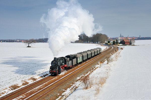 """58 311 der Ulmer Eisenbahnfreunde zu Gast in Görlitz. Hier war sie an den Dreharbeiten zum Film """"The Book Thief"""" / """"Die Bücherdiebin"""" beteiligt. Am 26.03.13 konnte die Heimfahrt nach Ettlingen bei Bautzen festgehalten werden."""