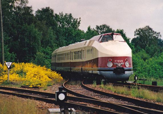 Einfahrt des VT 18.16 von Pirna in Neustadt / Sachsen. 20.05.2002