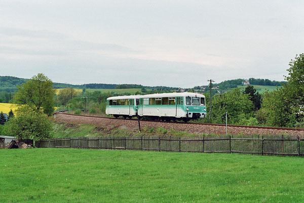 """14. Mai 2005: Kurz bevor die Strecke Neustadt - Bautzen durch den Bau der neuen Umgehungsstraße endgültig stillgelegt wurde, fuhren die OSEF noch einmal mit dem """"Ferkel"""" nach Bautzen. Hier bei Langburkersdorf, Foto: Thomas Weber"""