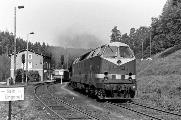 119 154 mit Güterzug nach Neustadt - Bautzen (?) in Ulbersdorf. Ausfahrt in Richtung Sebnitz.