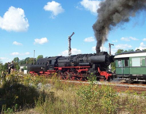 Im September 2004 kam die 52 8177-9 der Dampflokfreunde Berlin e.V. auf die Sebnitztalbahn. Hier zeigt das Flügelsignal Ausfahrt frei nach Bad Schandau, Neustadt September 2004