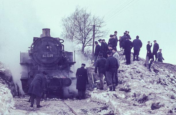 Einheimische und Soldaten der NVA befreiten den Zug von den Schneemassen. Januar 1970, Foto: Archiv Klaus Schiekel, Stolpen