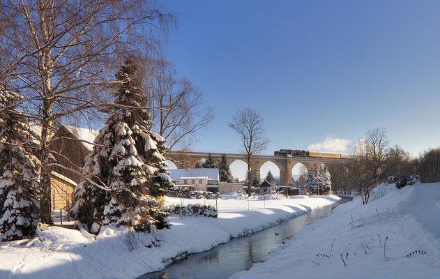 Am Nachmittag ging es zurück nach Löbau. Bei eisig kalten -14°C dampft 52 8080 über die Wesenitz und das Putzkauer Viadukt und wird gleich Bischofswerda erreichen. 04.12.10