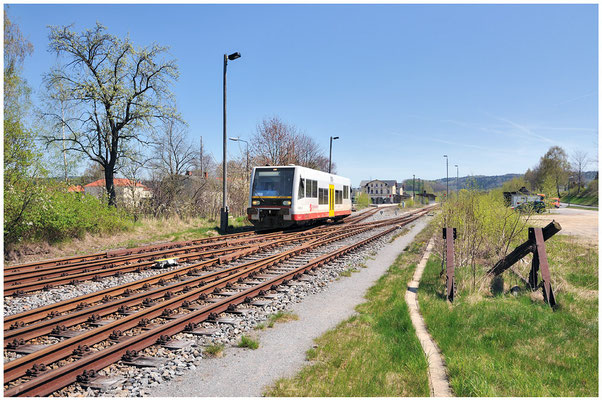 10 Tage später und bei herrlichstem Frühlingswetter verlässt der LVT/S den Bahnhofs Neustadt / Sachsen auf dem Weg nach Pirna. 27.04.2012