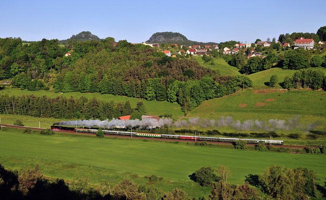 Von diesem herrlichen Aussichtspunkt bietet sich nach einem Schwenk noch dieser Blick auf den Zug mit Bärenstein und Rauenstein im Hintergrund. 10.05.14