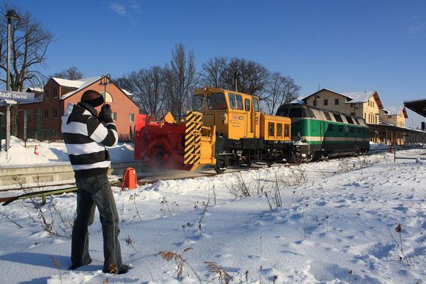 Gut wenn sich mehrere Fotografen für eine Sache Interessieren - so kommt man selbst auch mal mit aufs Bild. 118 002 mit der Schneefräse in Neustadt, Februar 2009, Foto: Jürgen Vogel