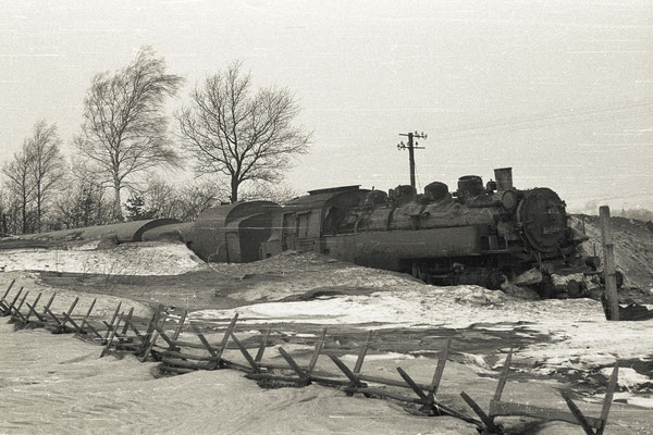 Heftige Schneeverwehungen führten im Januar 1970 dazu, dass der Personenzug mit 86 059 von Pirna nach Neustadt auf den Feldern zwischen Helmsdorf und Stolpen in Schneeverwehungen stecken blieb. Foto: Archiv Klaus Schiekel, Stolpen