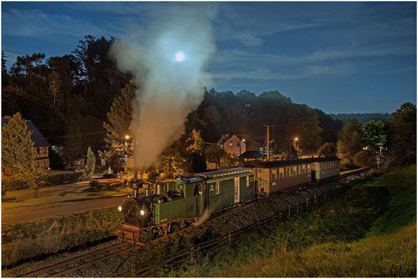 """""""Vollmond über Lohsdorf"""". Der Nachtzug von Kohlmühle hat Lohsdorf verlassen und dampft in Richtung Hohnstein - die Illussion scheint perfekt..."""