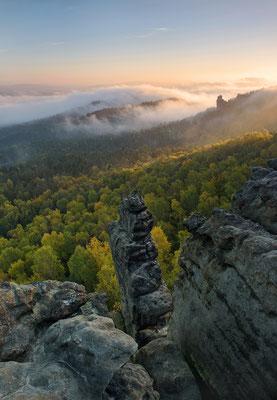 Ein traumhaft schöner Herbstmorgen. So wünscht sich das der Landschaftsfotograf. Aufgenommen vom Gohrisch, der Blick geht hinüber zur Hunskirche. ISO 200, 27mm, f/6.3, 1/60sek.