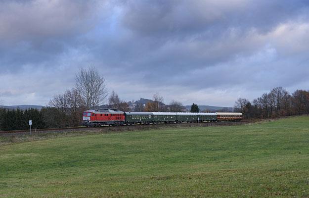 Bei Helmsdorf rollt der Zug nach Sonnenuntergang seinem Ziel Pirna entgegen, dieses Gastspiel einer russischen Großdiesellok auf dem Sächsischen Schweiz Ring dürfte wohl einmalig bleiben... 27.11.16