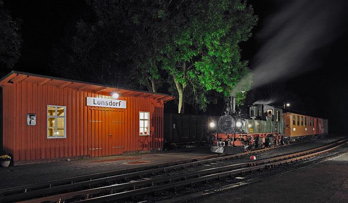 Nachts in Lohsdorf - die IV K köchelt friedlich vor sich hin während im Festzelt die Party steigt. 27.08.2011