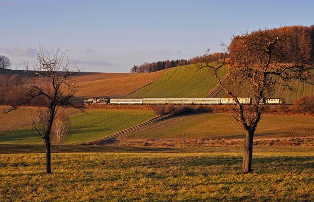 Nach dem Fahrtrichtungswechsel in Neustadt rollt der Zug bei Langenwolmsdorf durchs wunderschöne Spätherbstlicht der untergehenden Sonne. Weiter geht die Fahrt nach Pirna, 27.11.11.